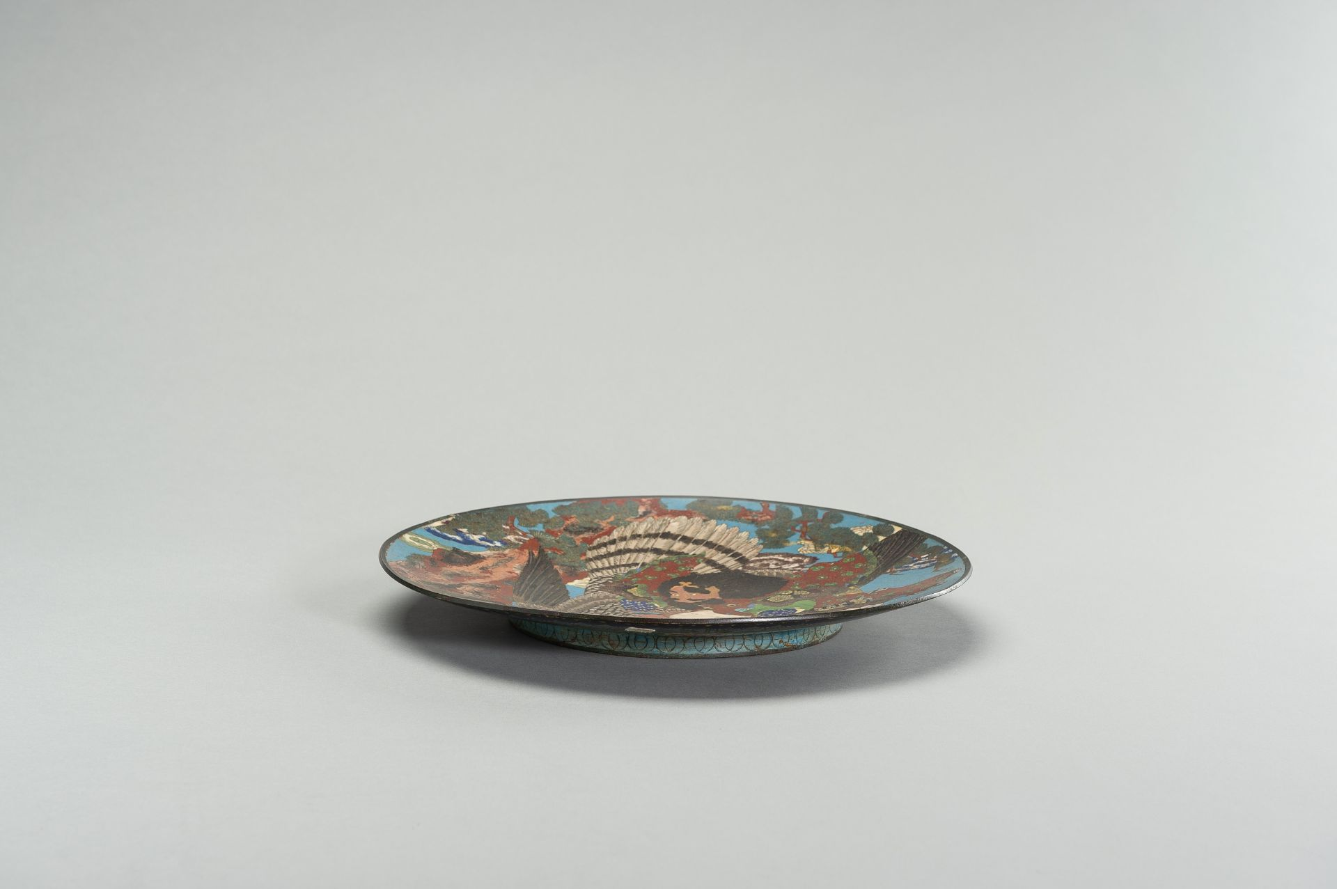 A LARGE CLOISONNE ENAMEL PLATE WITH FIGURAL DECOR - Image 5 of 7