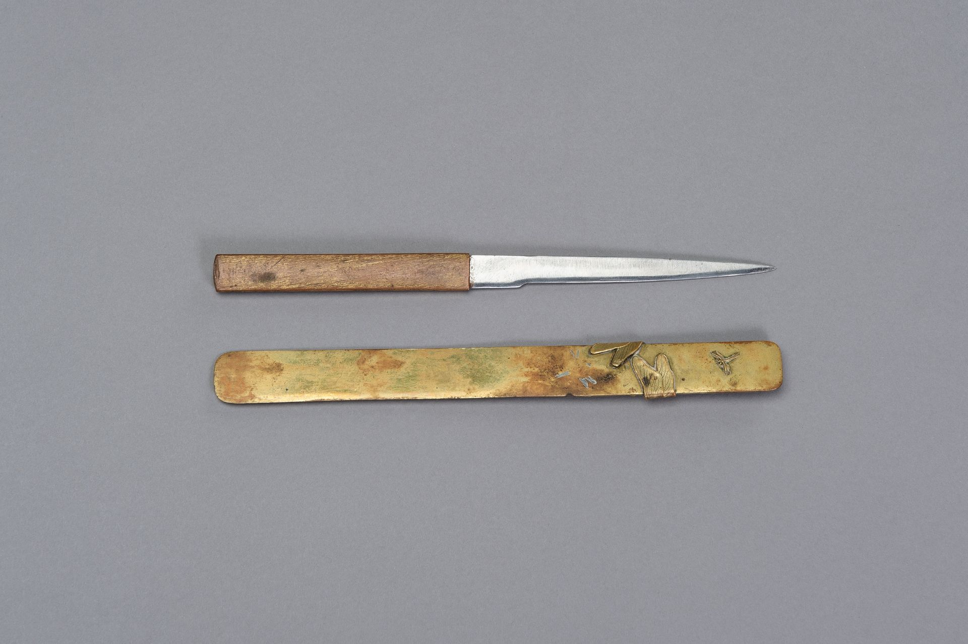 A COPPER KOZUKA WITH BLADE AND A SENTOKU PAGE TURNER WITH DRAGONFLY - Image 5 of 7