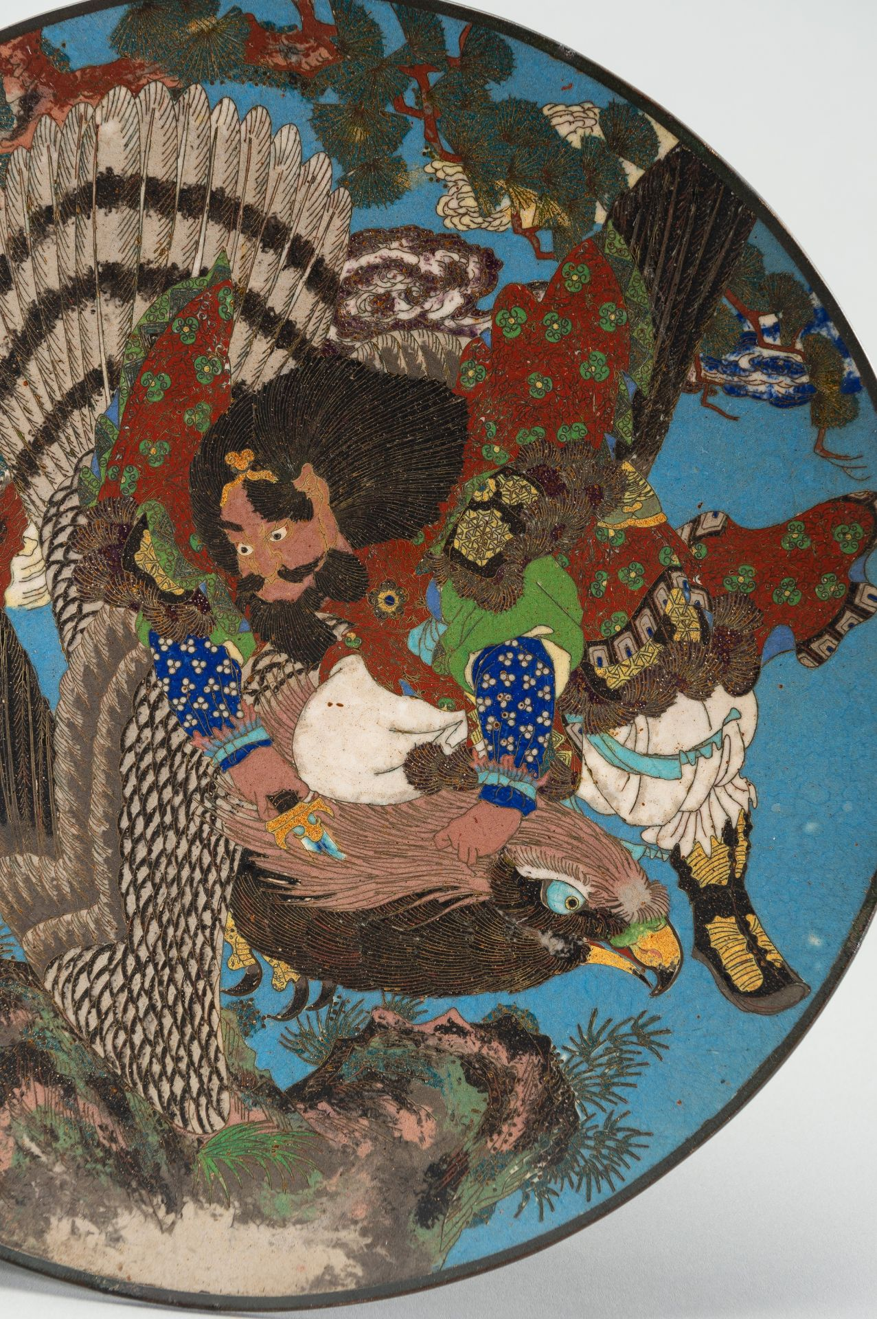 A LARGE CLOISONNE ENAMEL PLATE WITH FIGURAL DECOR - Image 2 of 7