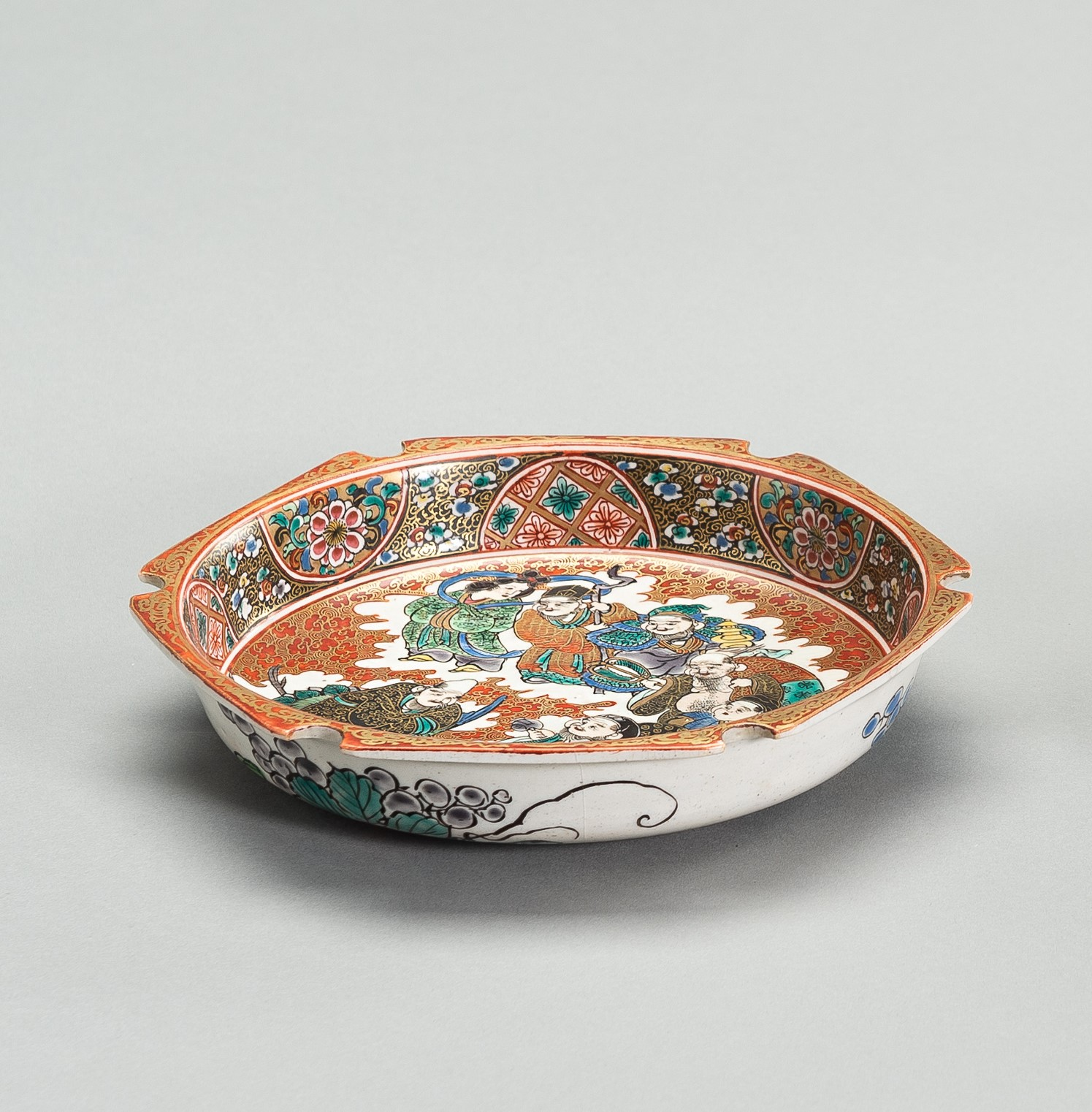 A POLYCHROME ENAMELED PORCLEAIN DISH - Image 2 of 5