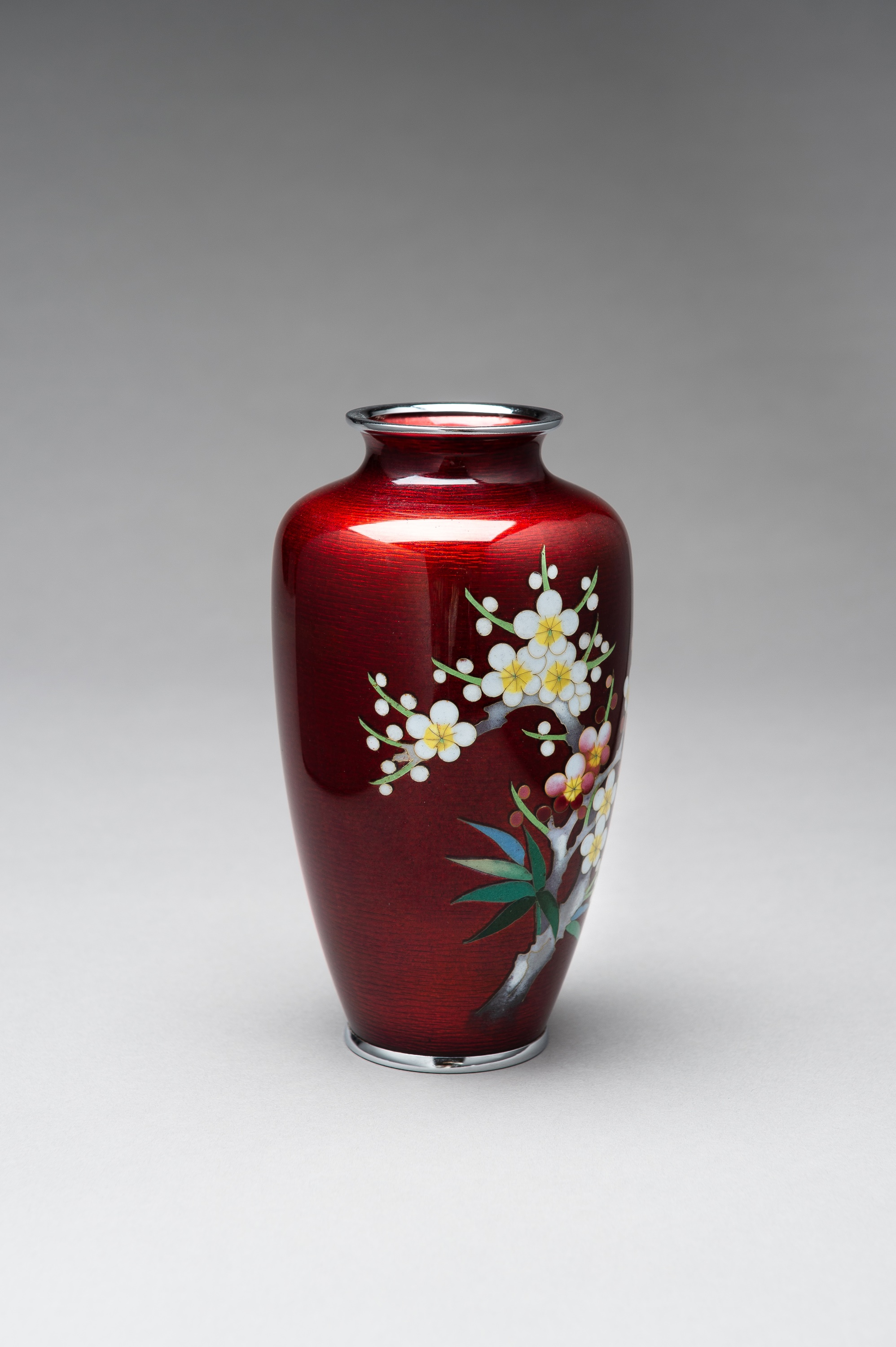 ANDO: A RED GINBARI CLOISONNE VASE - Image 6 of 8