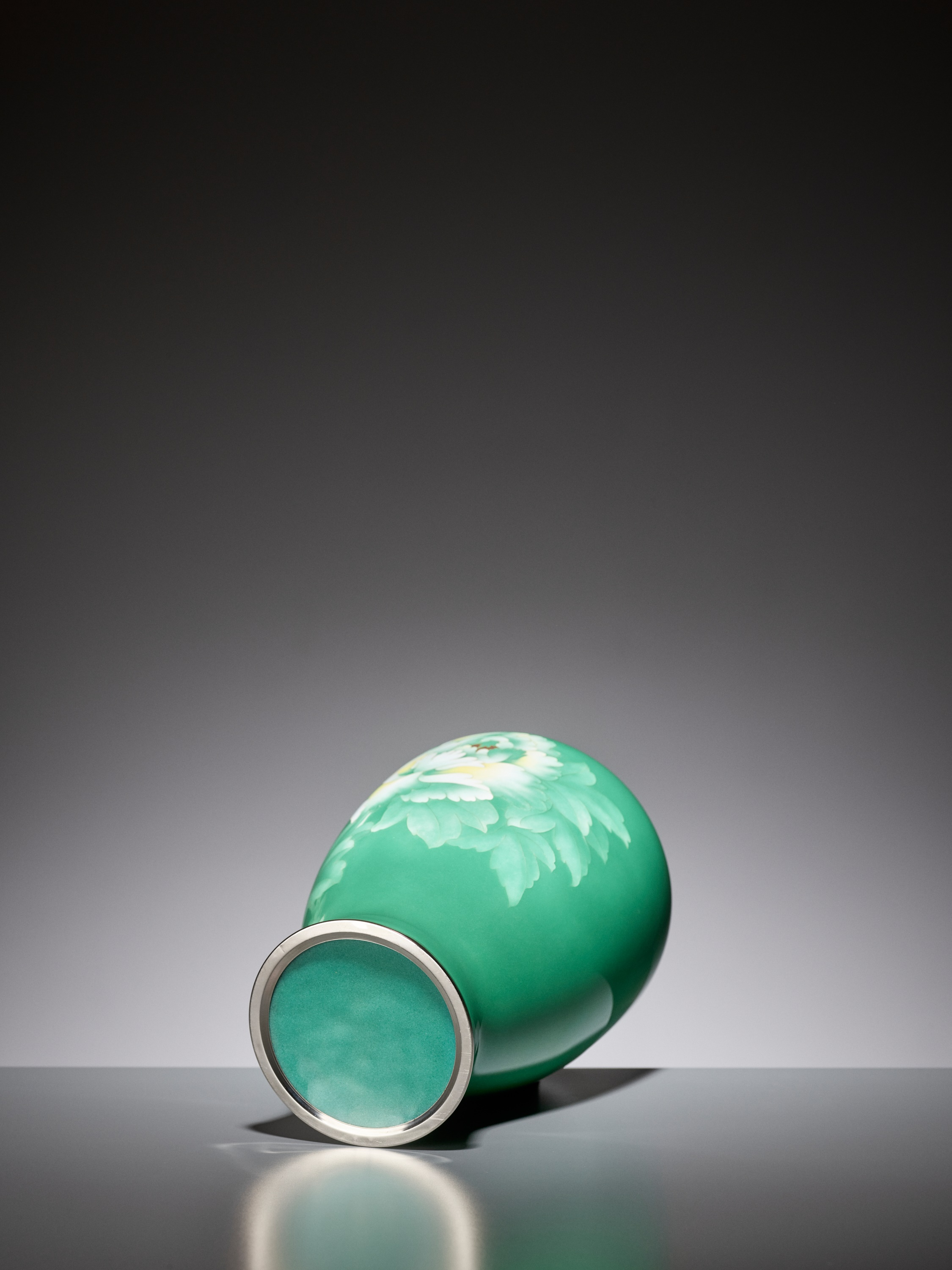AN EMERALD GREEN CLOISONNE ENAMEL VASE WITH PEONY, ATTRIBUTED TO THE WORKSHOP OF ANDO JUBEI - Image 6 of 6