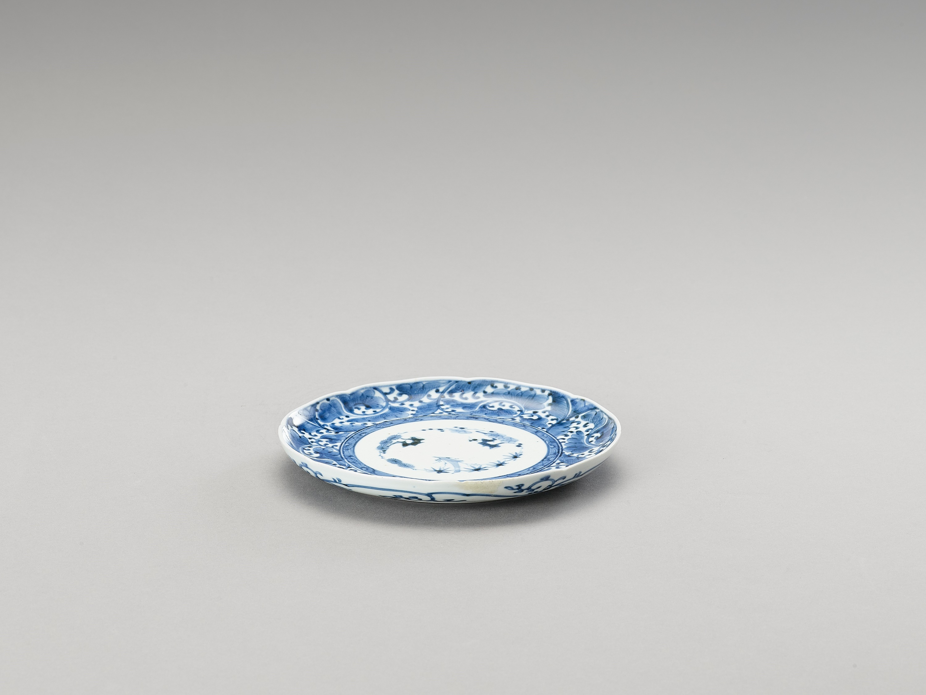 A BLUE AND WHITE ARITA PORCELAIN 'FLORAL' DISH - Image 2 of 4