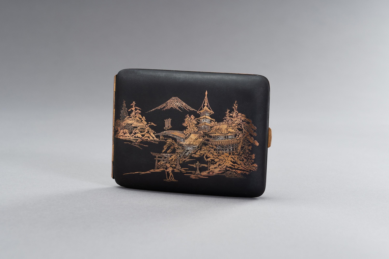 AN IRON KOMAI STYLE CIGARETTE CASE DEPICTING MOUNT FUJI - Image 3 of 8