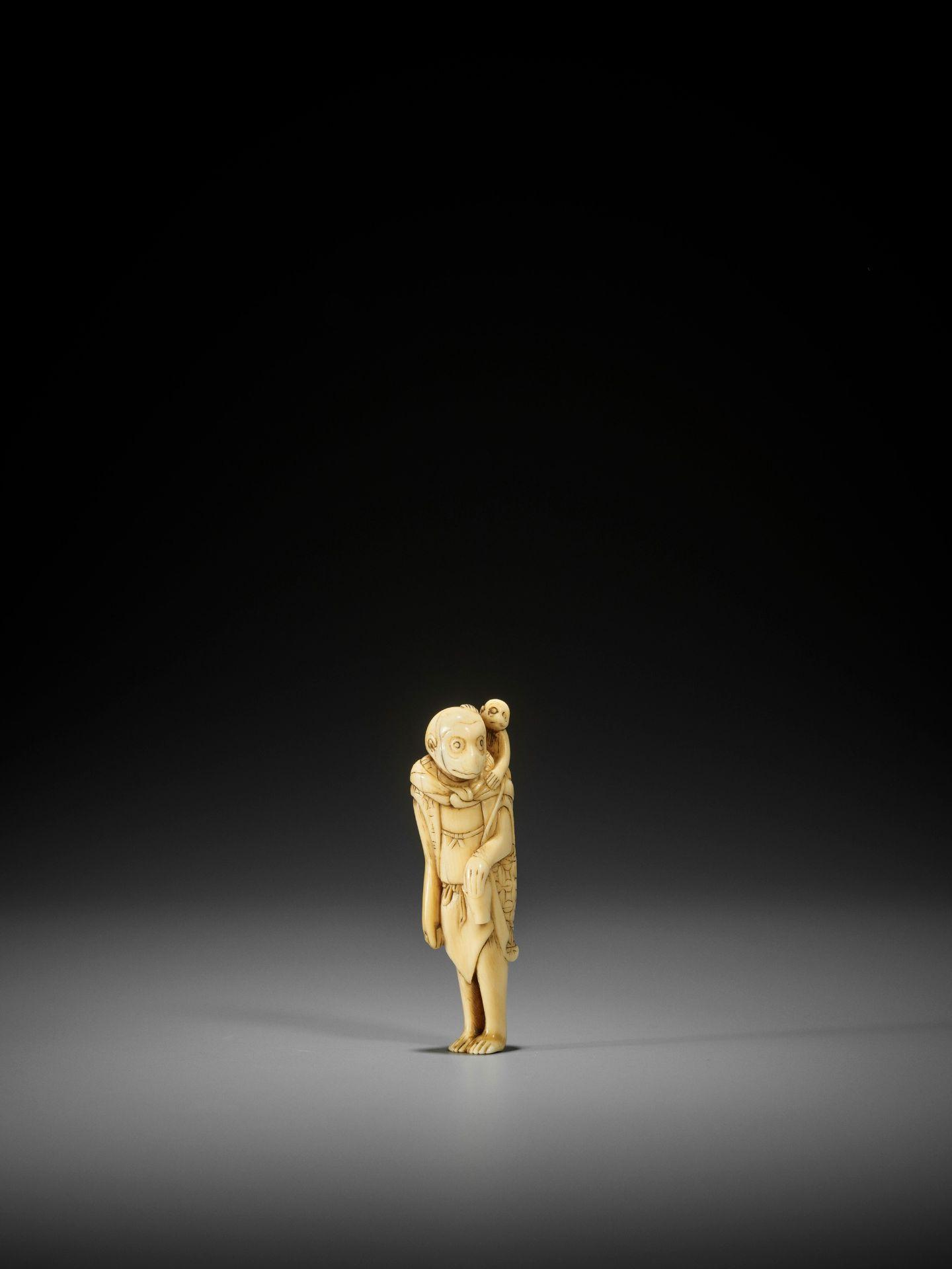 AN UNUSUAL AND EARLY IVORY NETSUKE OF A MONKEY AS A SARUMAWASHI - Image 3 of 3