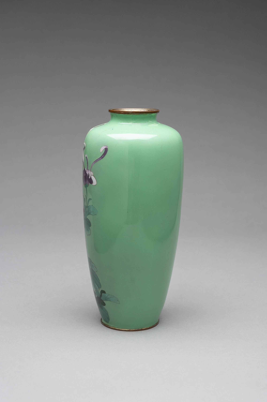 A PALE GREEN CLOISONNE ENAMEL VASE - Image 4 of 8