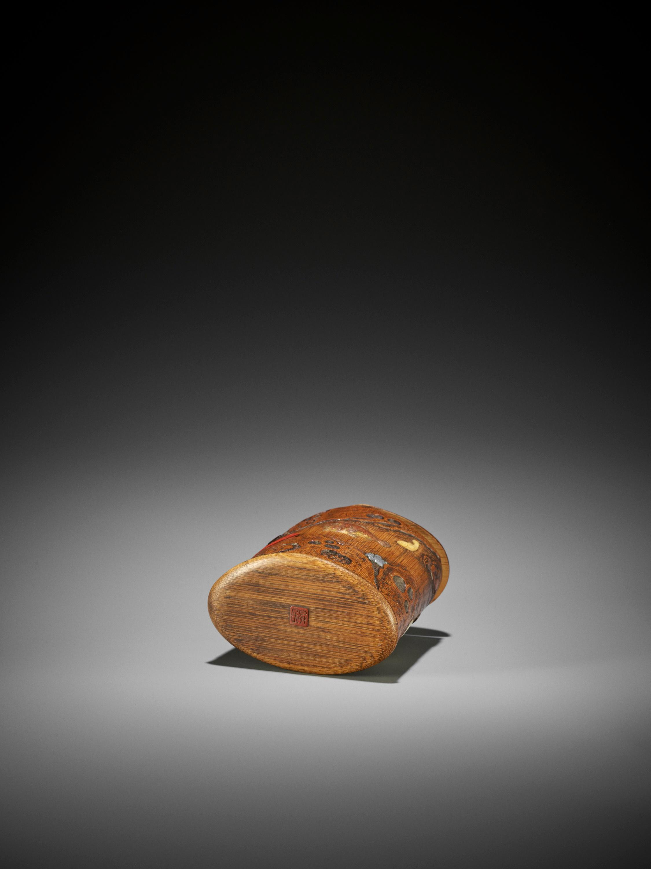 SHOMIN: AN INLAID BAMBOO TONKOTSU DEPICTING AQUATIC LIFE - Image 12 of 12
