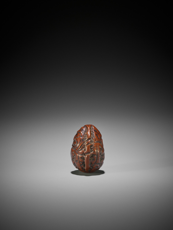A KURUMI (WALNUT) NETSUKE OF DARUMA, ATTRIBUTED TO HIDARI ISSAN - Image 3 of 3