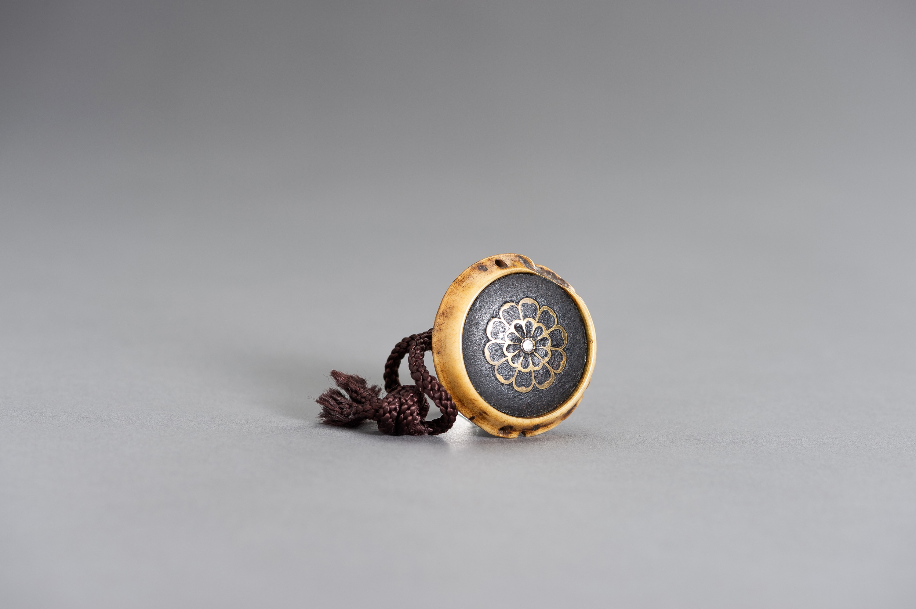 AN UNUSUAL STAG-ANTLER KAGAMIBUTA NETSUKE WITH AN IRON LID - Image 3 of 3