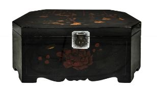 Ancient Chinese travel chest in lacquer wooden, hand-painted on the front with floral decorations on