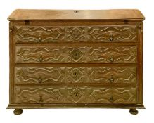 Ribalta in oak, France, eighteenth century. On the carved four drawers in three sections with oblong