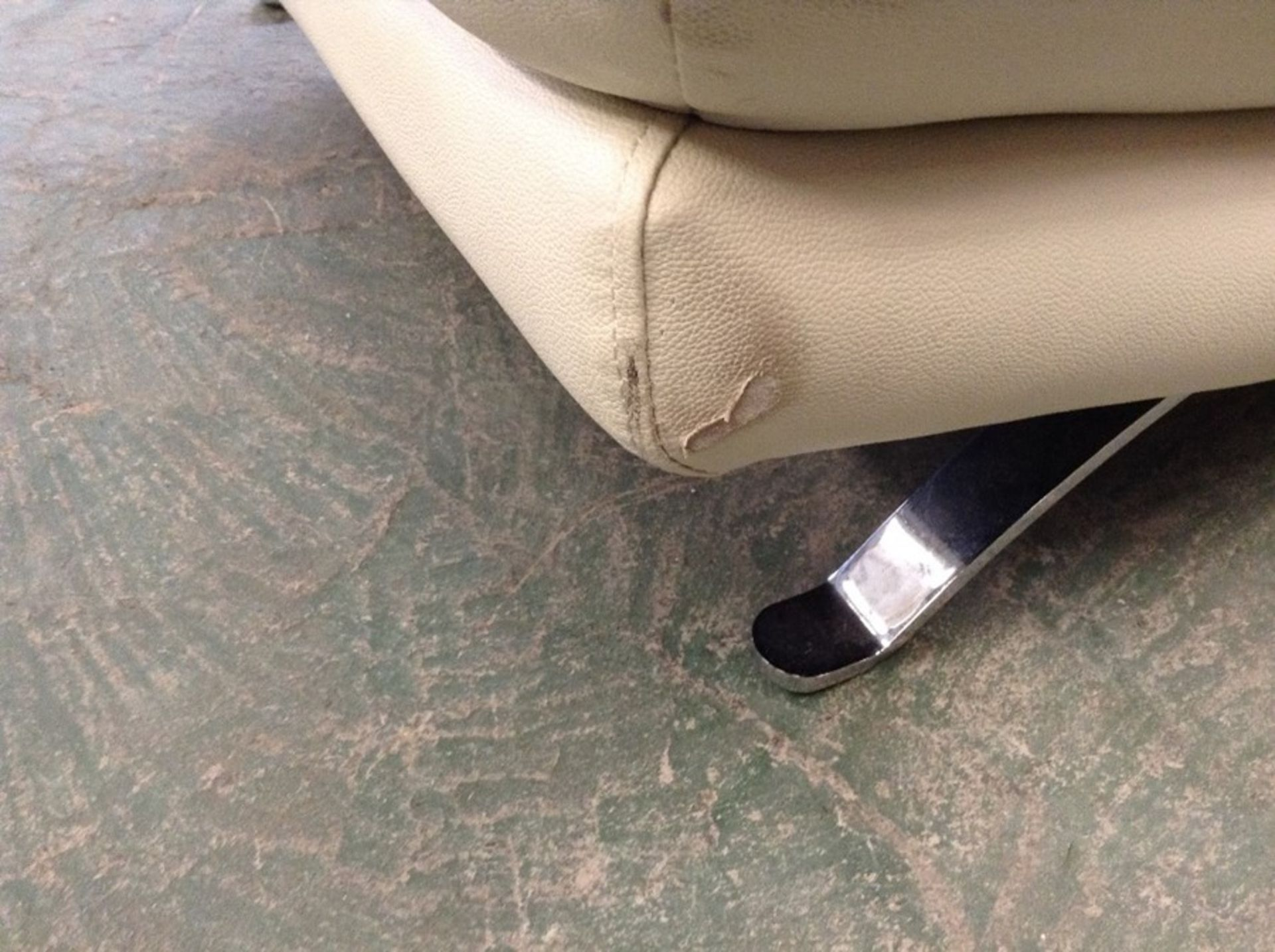 CREAM LEATHER 3 SEATER SOFA (RIPS ON CORNERS) - Image 2 of 3