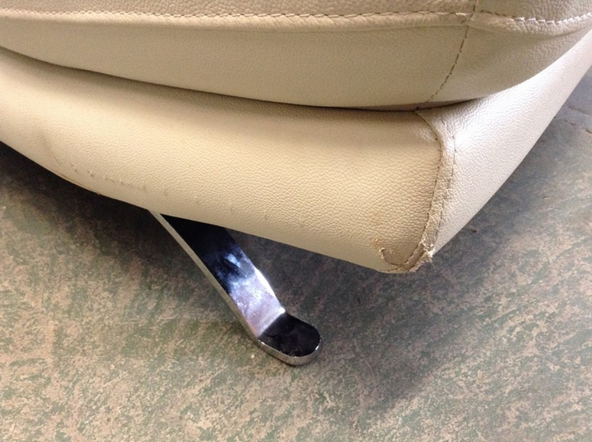 CREAM LEATHER 3 SEATER SOFA (RIPS ON CORNERS) - Image 3 of 3