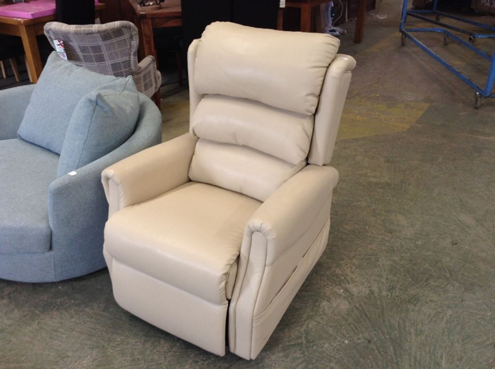 CREAM LEATHER ELECTRIC RECLINING CHAIR (SCUFF ON B