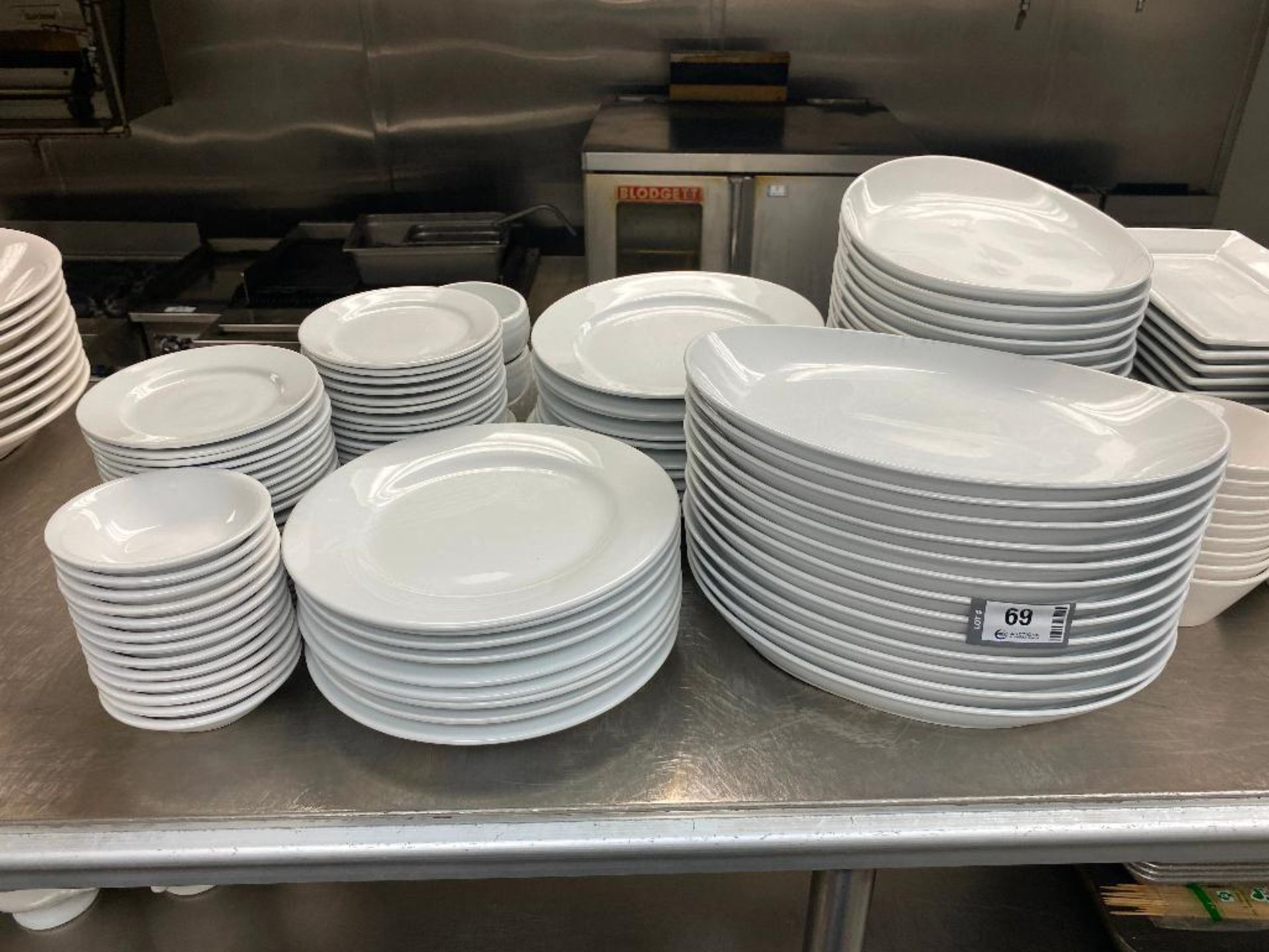LOT OF ASSORTED DINNERWARE INCLUDING: PLATES, BOWLS, SERVING TRAY - Image 3 of 4