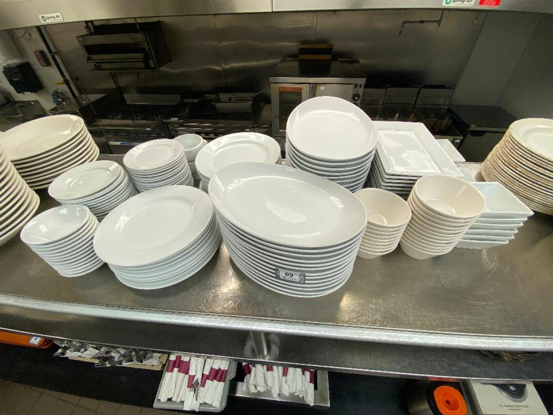 LOT OF ASSORTED DINNERWARE INCLUDING: PLATES, BOWLS, SERVING TRAY - Image 2 of 4