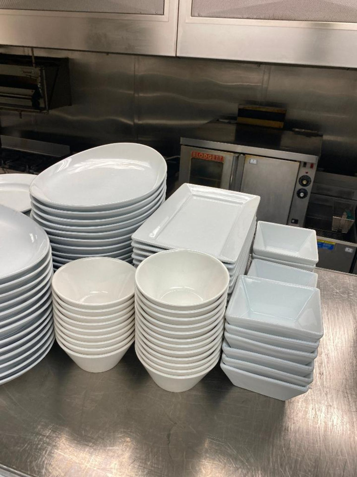 LOT OF ASSORTED DINNERWARE INCLUDING: PLATES, BOWLS, SERVING TRAY - Image 4 of 4