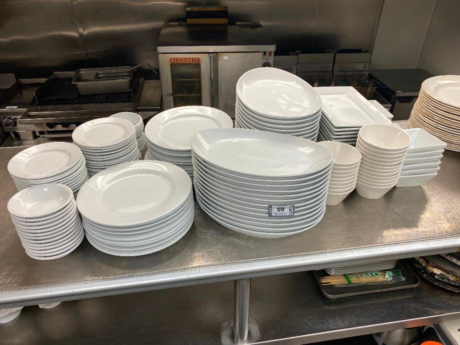 LOT OF ASSORTED DINNERWARE INCLUDING: PLATES, BOWLS, SERVING TRAY