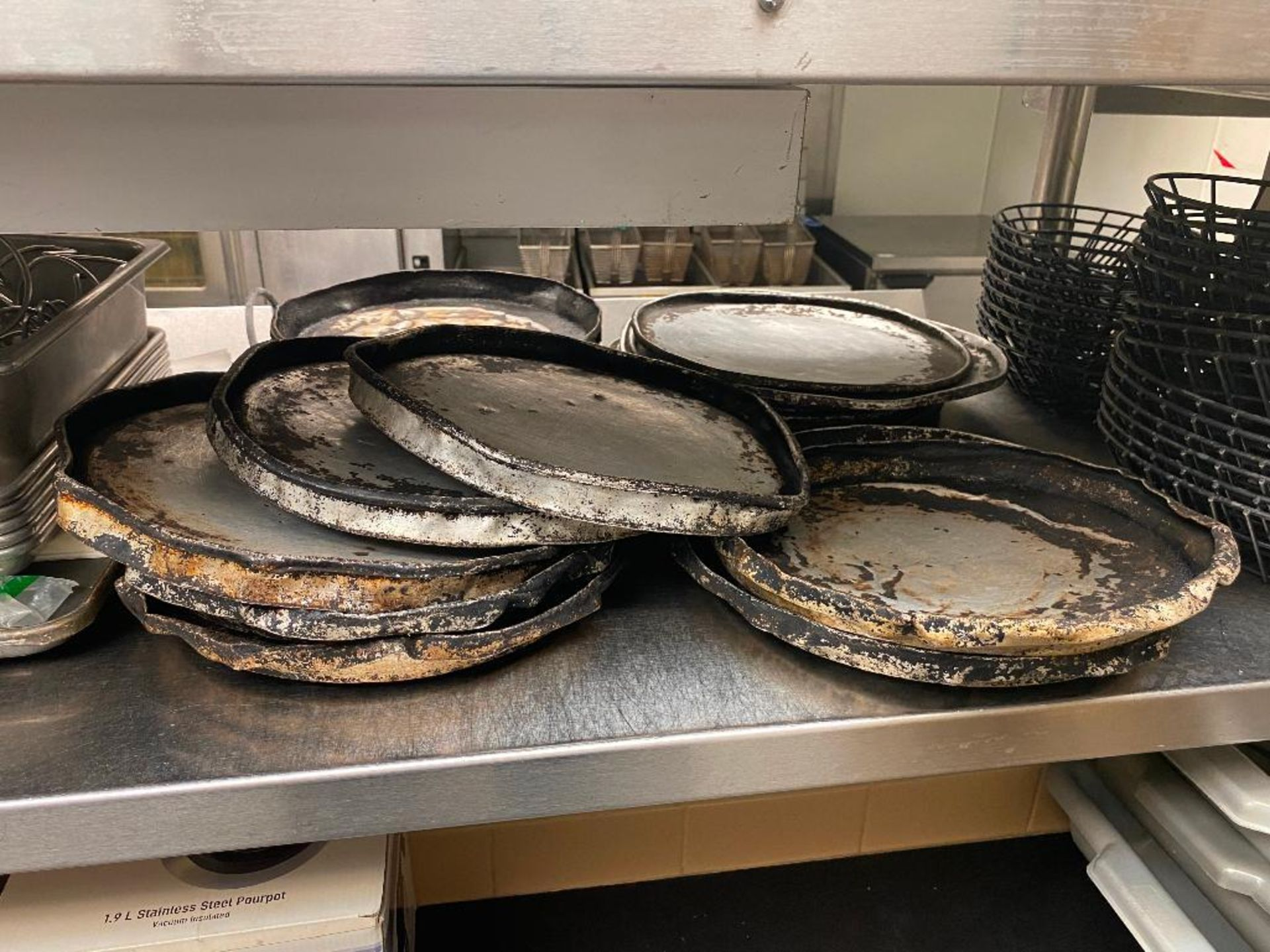 LOT OF ASSORTED PIZZA PANS, WIRE SERVING BASKETS & TACO SERVERS - Image 3 of 4