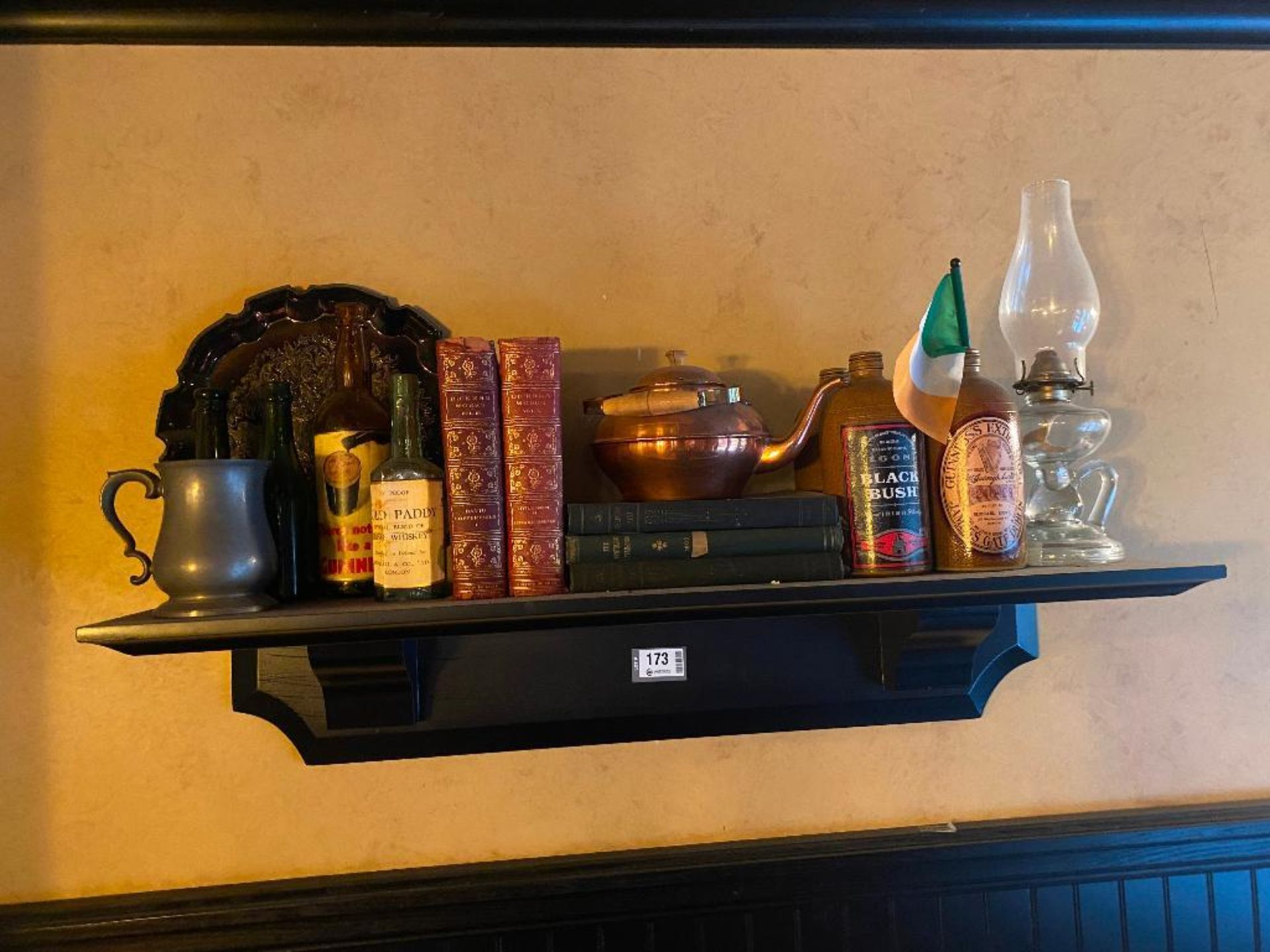 WOODEN WALL SHELF WITH ASSORTED DECORATIVE ITEMS - NOTE: REQUIRES REMOVAL FROM WALL, PLEASE INSPECT