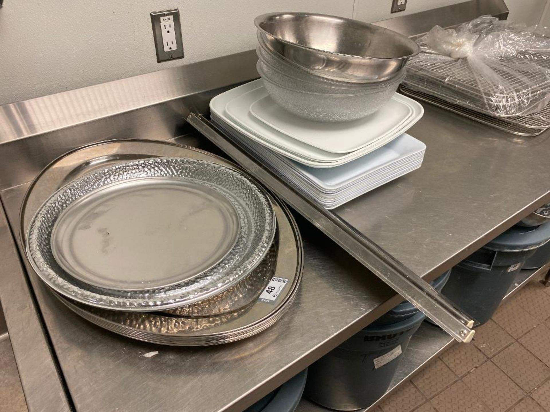 LOT OF ASSORTED STAINLESS STEEL & PLASTIC SERVING PLATTERS, PLASTIC AND STAINLESS MIXING BOWLS & 2 O - Image 3 of 3