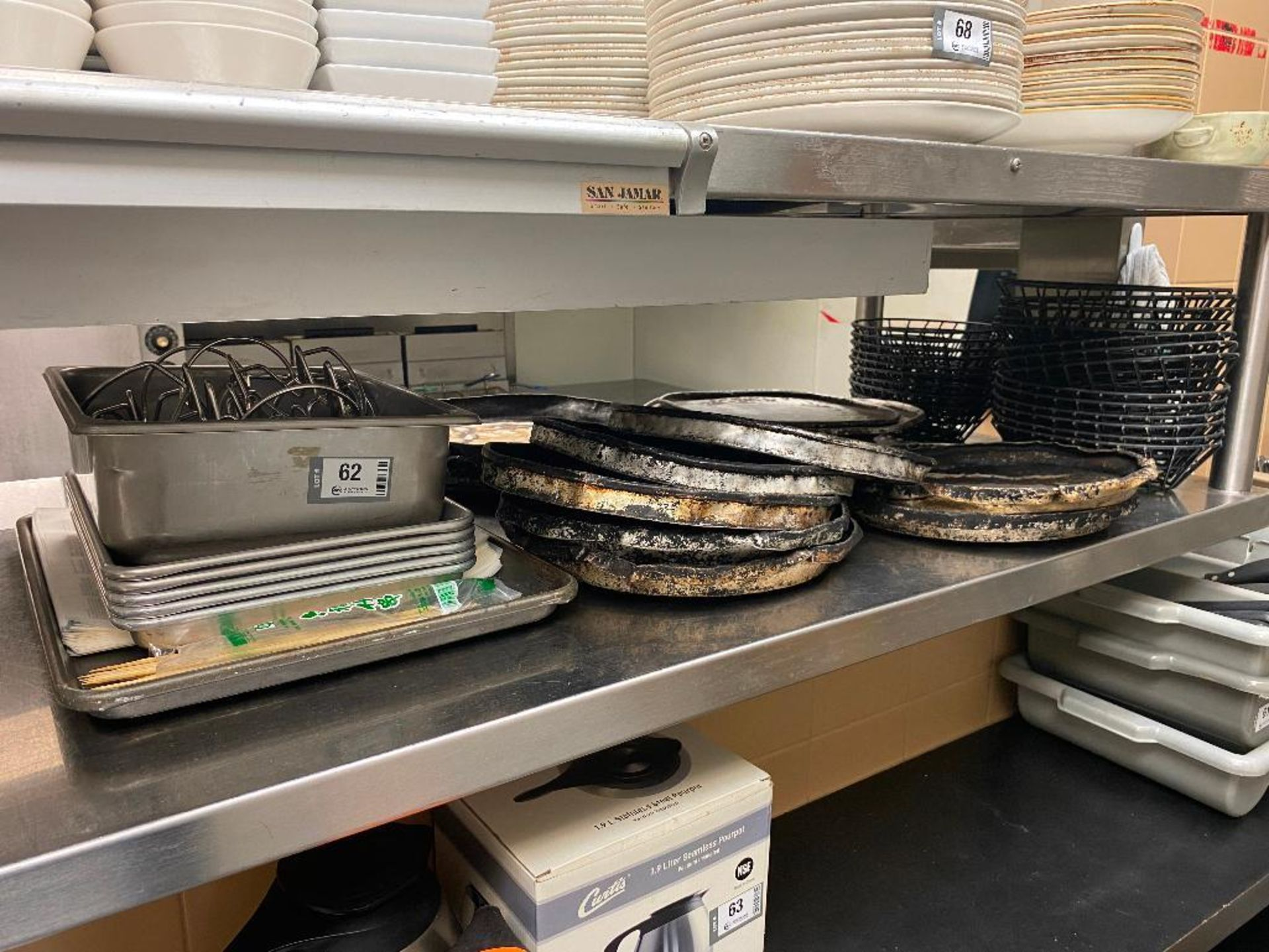 LOT OF ASSORTED PIZZA PANS, WIRE SERVING BASKETS & TACO SERVERS