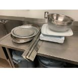 LOT OF ASSORTED STAINLESS STEEL & PLASTIC SERVING PLATTERS, PLASTIC AND STAINLESS MIXING BOWLS & 2 O