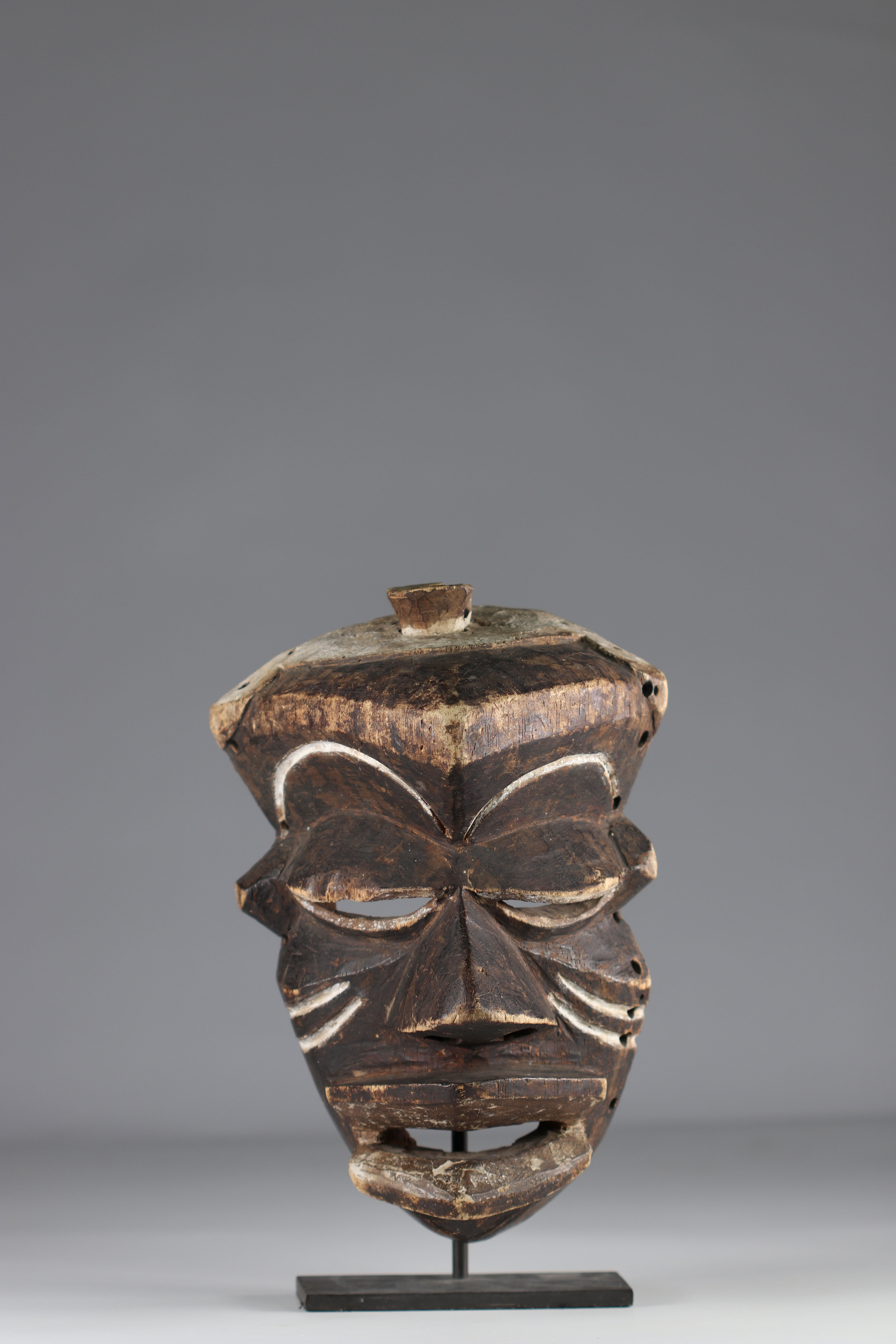 Rare expressive Pende mask. - Ground floor mid-20th - Image 2 of 4