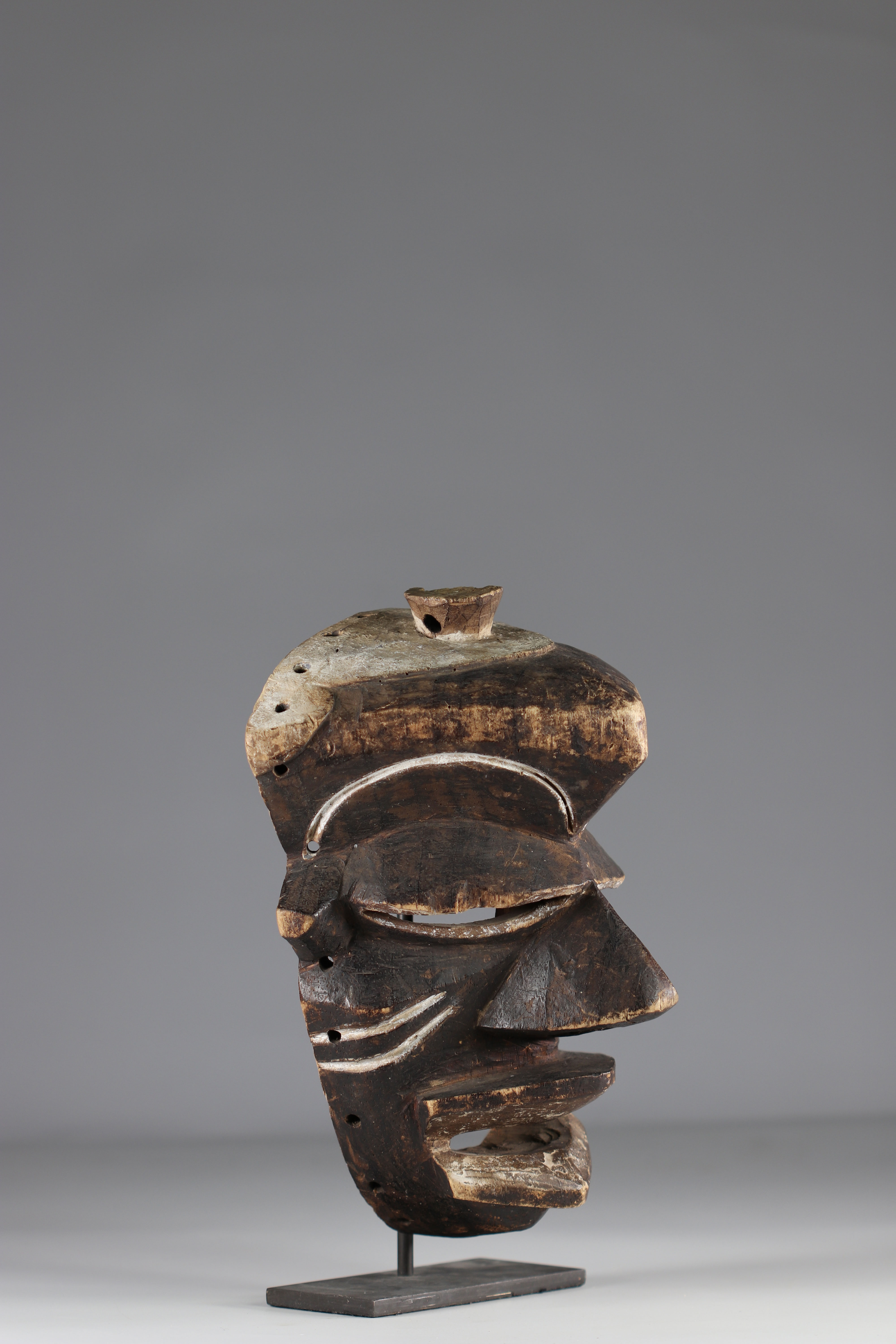 Rare expressive Pende mask. - Ground floor mid-20th