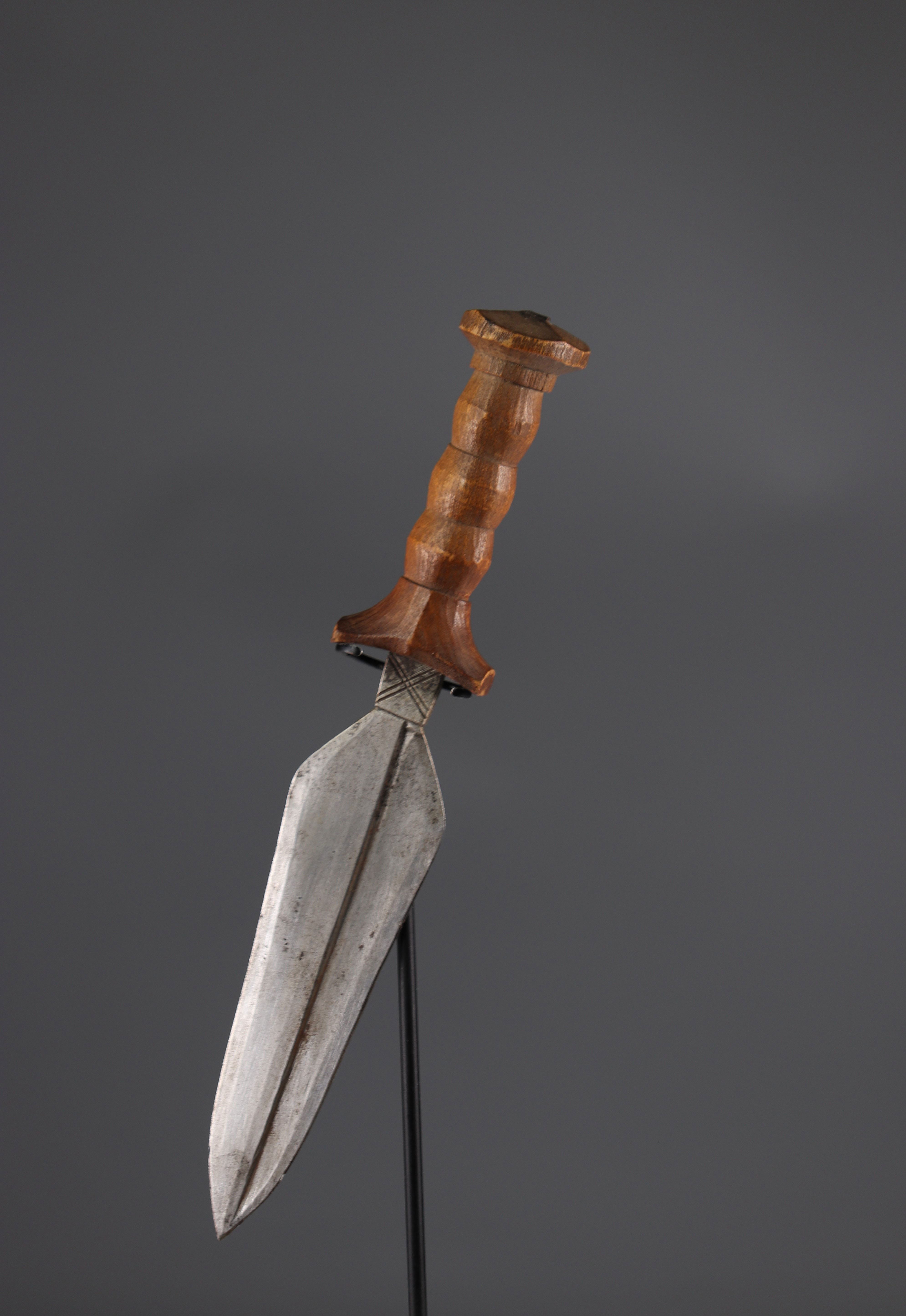 Mangbetu knife wooden handle and scabbard - Image 2 of 3