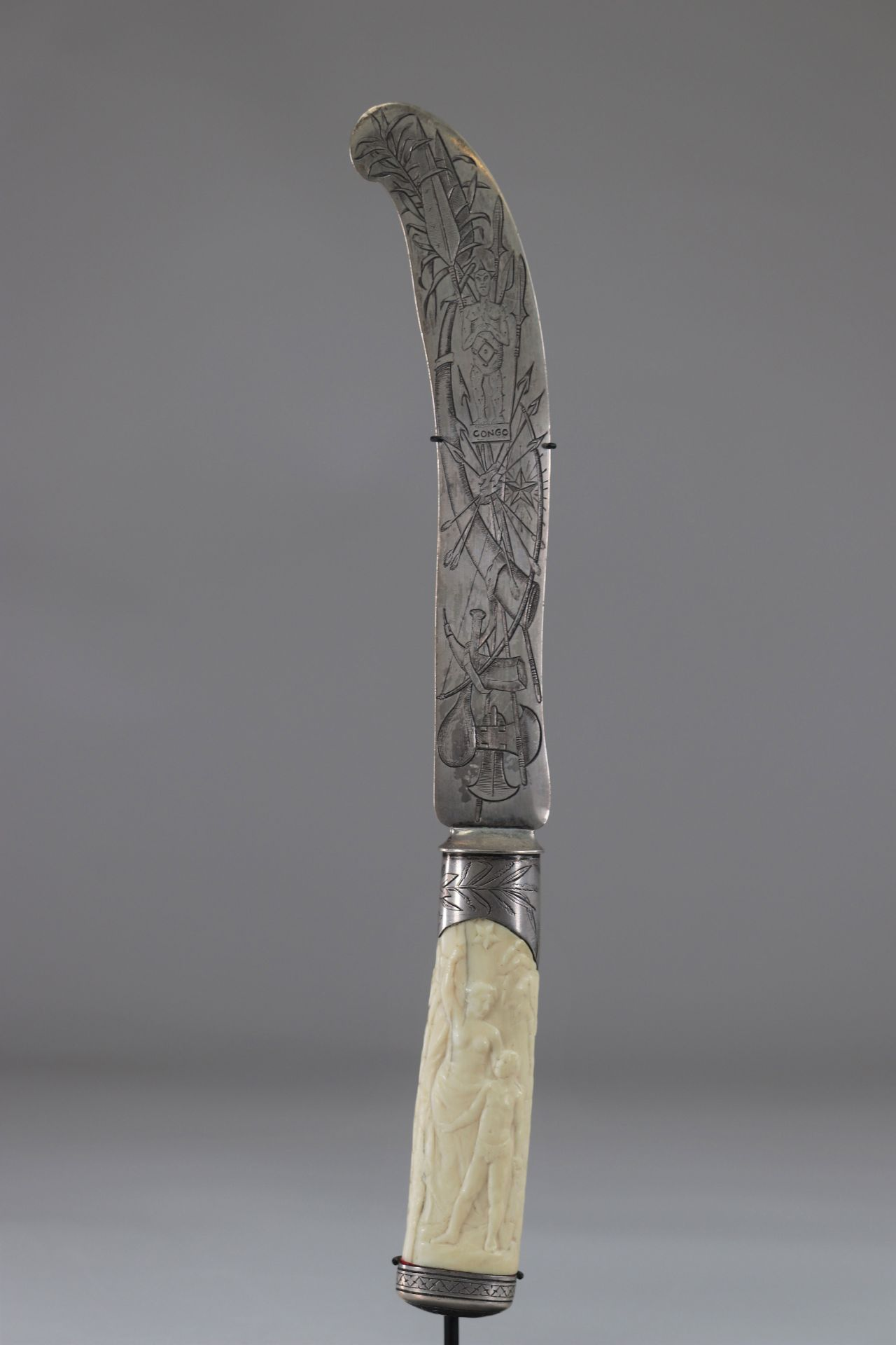 Sumptuous African colonial knife blade engraved with Congo weapons, handle carved with characters ci