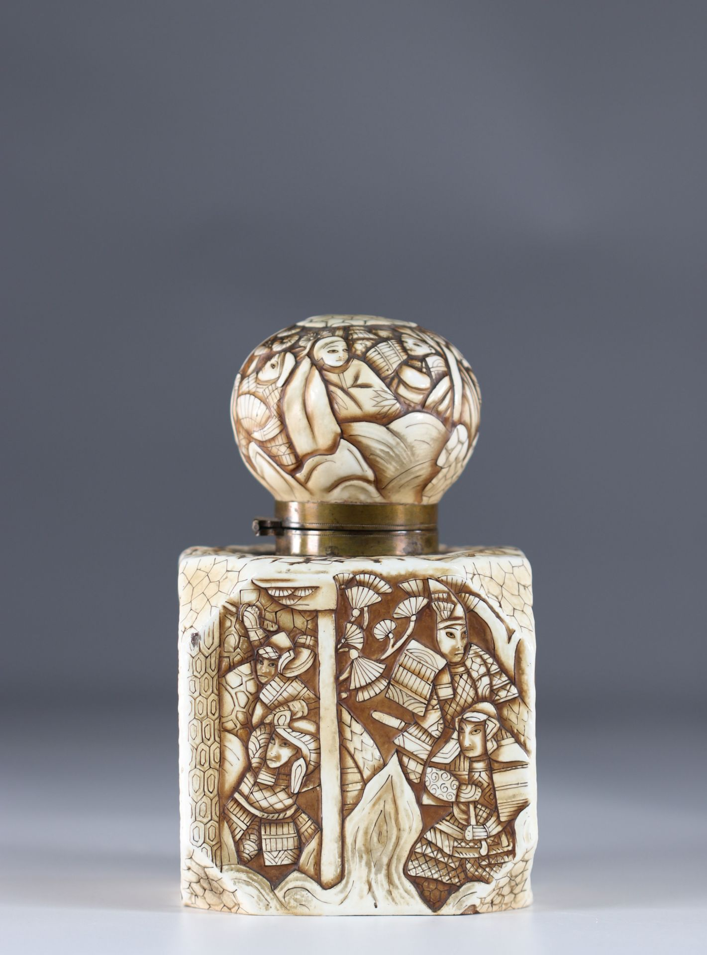 Japanese Art Deco porcelain inkwell decorated with warriors - Image 2 of 6