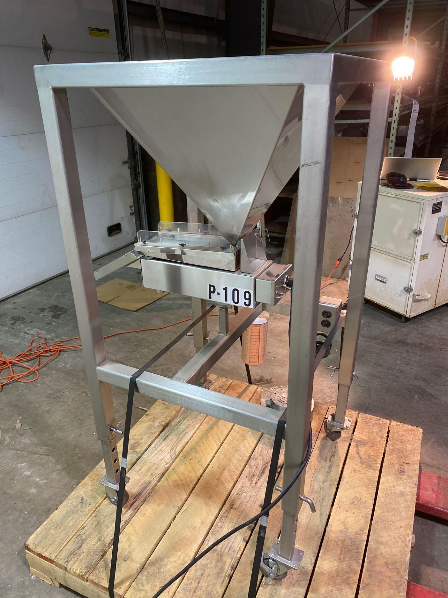 Mobile Vibrating Hopper Feeder with Flat Trough,