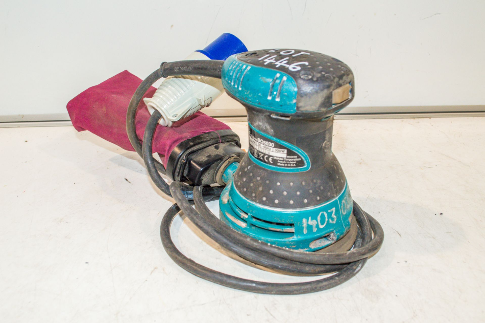 Makita BO5030 240v palm sander 14030346
