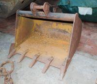 30 inch digging bucket Pin diameter: 35mm Pin width: 120mm Pin centres: 170mm