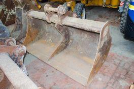 6 ft digging bucket Pin diameter: 65mm Pin width: 260mm Pin centres: 400mm
