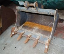 30 inch digging bucket Pin diameter: 35mm Pin width: 120mm Pin centres: 180mm