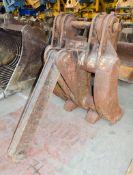 Mechanical grab Pin diameter: 75mm Pin width: 330mm Pin centres: 460mm