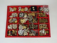 A tray containing a large quantity of assorted militaria, badged and buttons etc (qty)