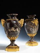 Paar große Louis XVI-Ziervasen