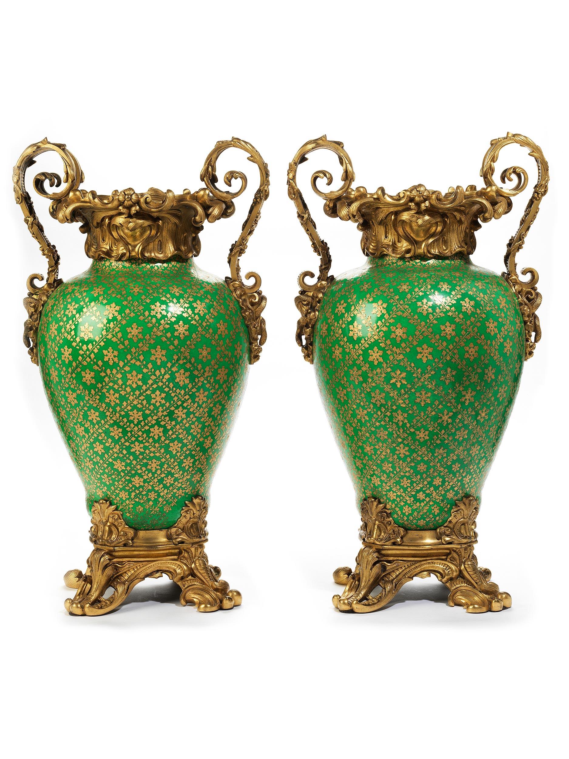 Paar imposante Porzellanziervasen mit vergoldeter Bronzemontierung