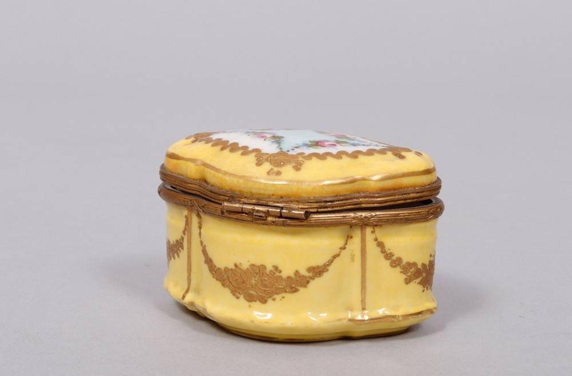 Kleine Dose, wohl Samson, Frankreich, 19.Jh., Porzellan, polychrom und gold bem - Bild 2 aus 5