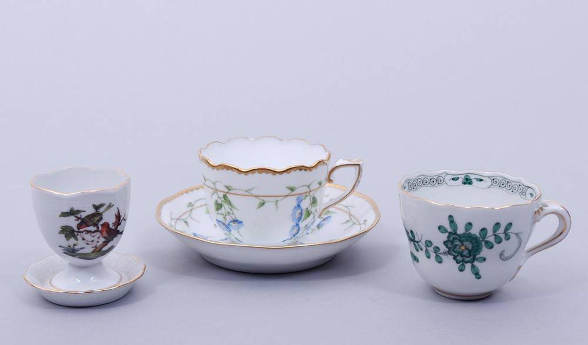 Kleines Konvolut, Herend, 20. Jh., variierende Dekore, 4 Tassen mit UT, 1 Eierb - Image 4 of 8