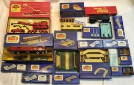 Hornby: A collection of Hornby Dublo assorted accessories to include turntable, wooden station, good