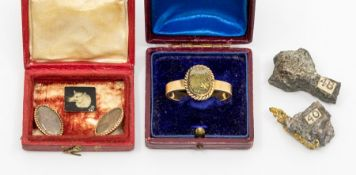 A 19th Century yellow metal scarf ring, set with an oval agate with gold coloured inclusions, rope