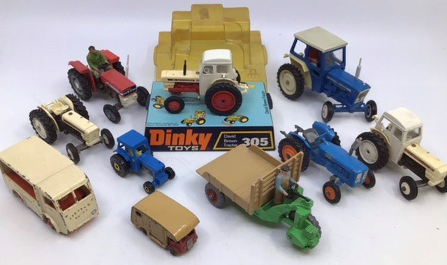 Diecast Tractors: A collection of assorted diecast tractors to include: Dinky David Brown 990,