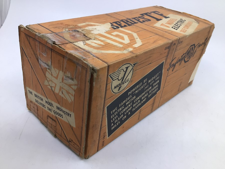 Victory: A boxed Victory Industries, Surrey, battery operated, 1:18 Scale, MG Series TF, ivory white - Image 4 of 7