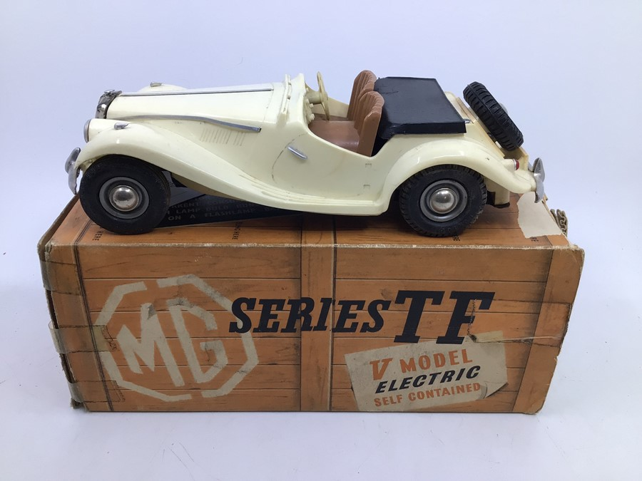 Victory: A boxed Victory Industries, Surrey, battery operated, 1:18 Scale, MG Series TF, ivory white