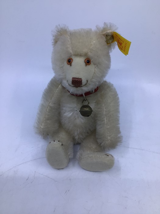 Steiff: A collection of five yellow tag Steiff bears to comprise: 029585; 029271; 029424; 030574; - Image 2 of 6