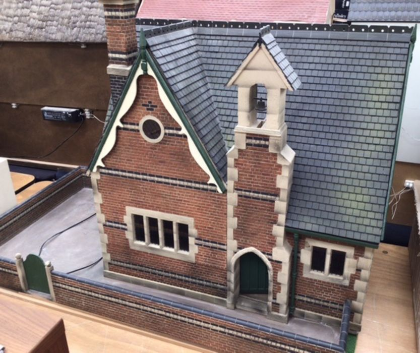 Dolls House/School House: high quality School and playground built by the Vic Newey, renowned for - Image 7 of 7